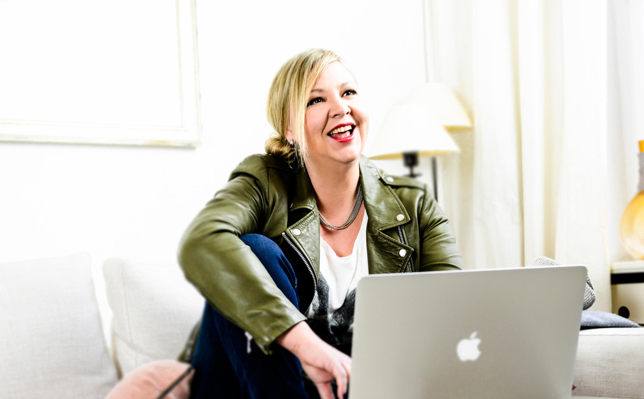 Hier sehen Sie eine Business Frau mit Ihrem Laptop - Business Portraits - Business Branding Fotografie Berlin