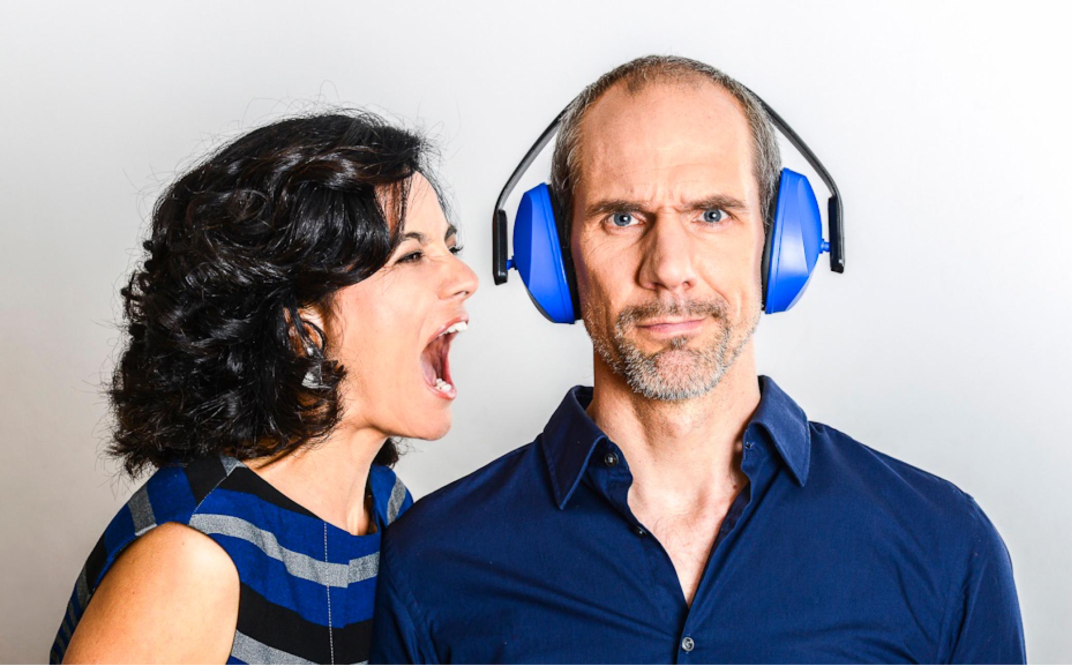 Hier sehen Sie einen Mann mit Kopfhörer und seine Frau - Business Branding - Business Portraits Fotograf Berlin