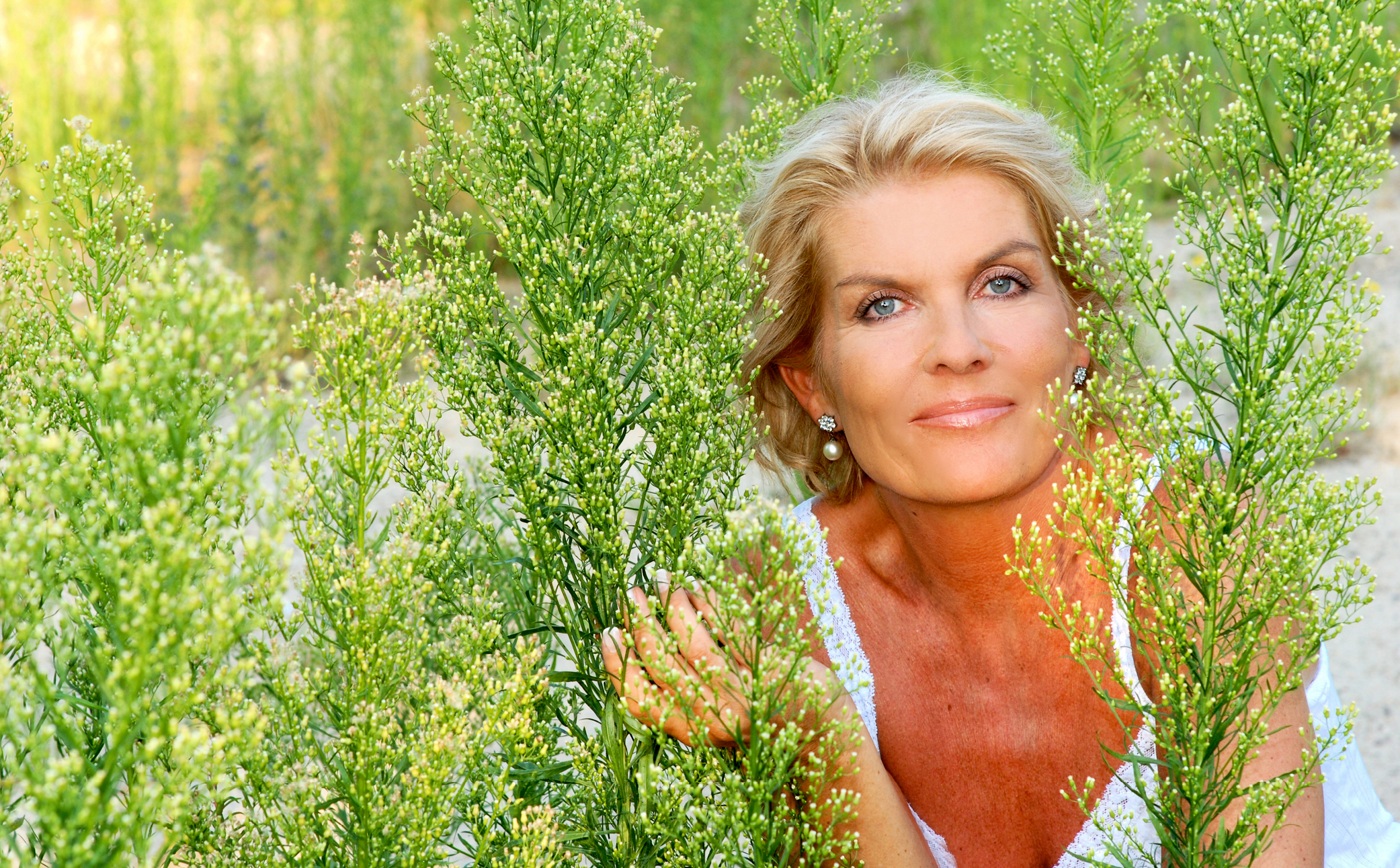 Hier sehen Sie eine Frau mit Pflanzen. - Business Branding - Business Portraits Fotografie Berlin