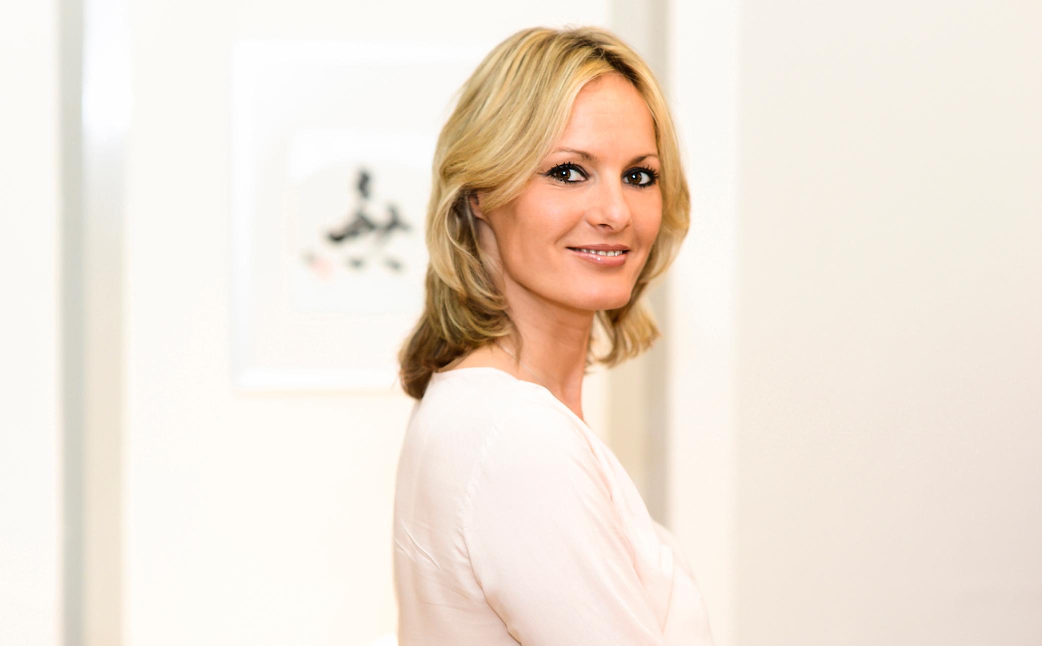 Hier sehen Sie eine erfolgreiche lächelnde Frau - Business Portraits - Business Branding FotografieBerlin