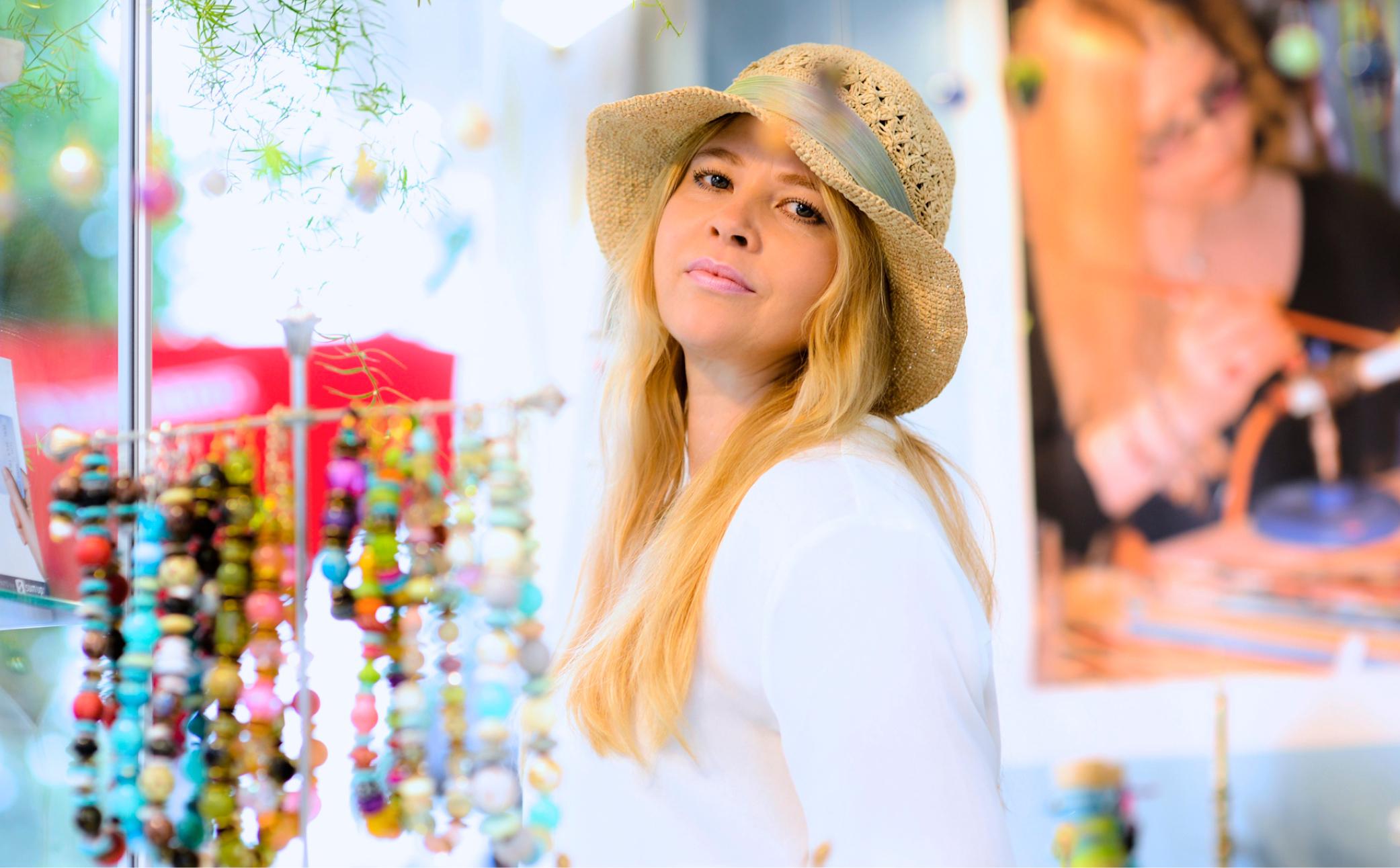 Hier sehen Sie eine Verkäuferin auf dem Markt - Business Portraits - Business Branding Fotografie Berlin