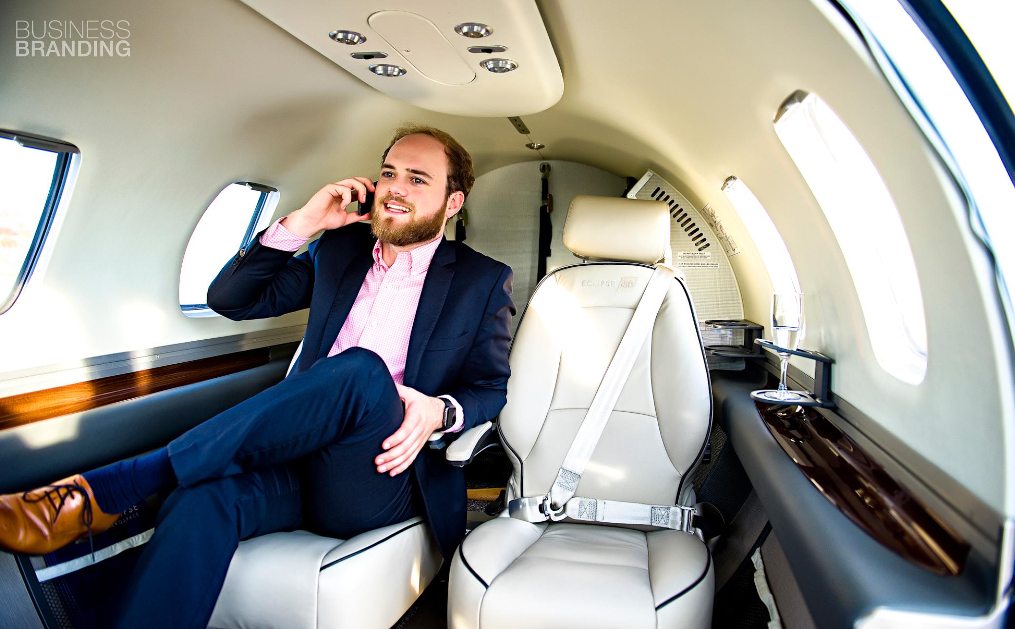 Hier sehen Sie einen erfolgreichen Geschäftsmann - Business Portraits - Business Branding FotografBerlin
