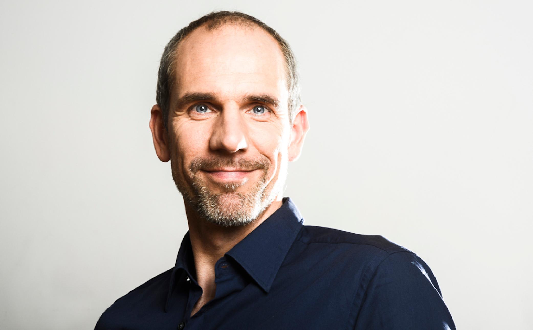 Mann auf einem Business Foto mit Kundenwirkung - Business Portraits - Business Branding Fotograf Berlin