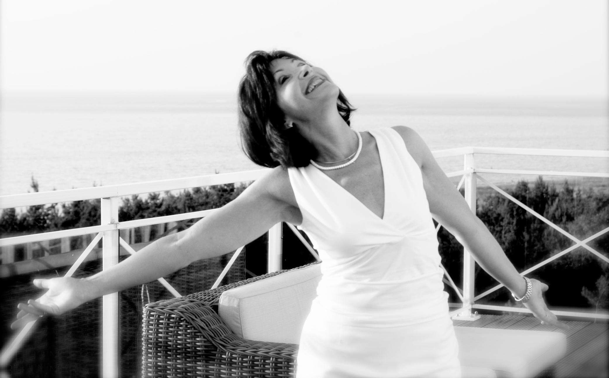 Hier sehen Sie eine glückliche Frau auf Ihrem Balkon - Business Portraits - Business Branding Fotografie Berlin