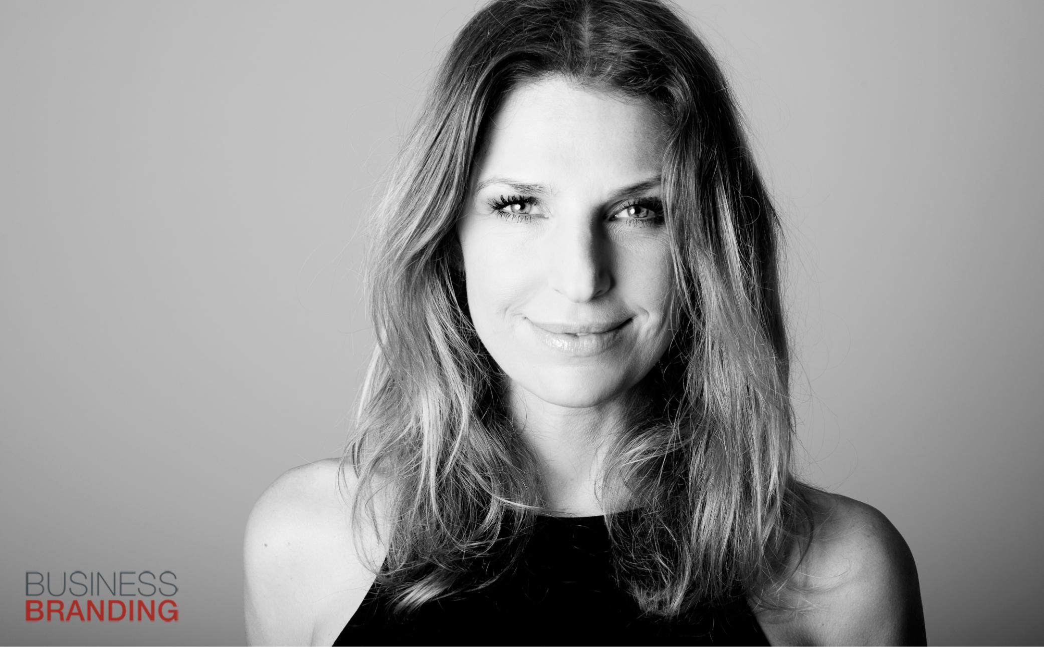Hier sehen Sie das Bild einer jungen Frau - Business Portraits - Business Branding fotograf Berlin