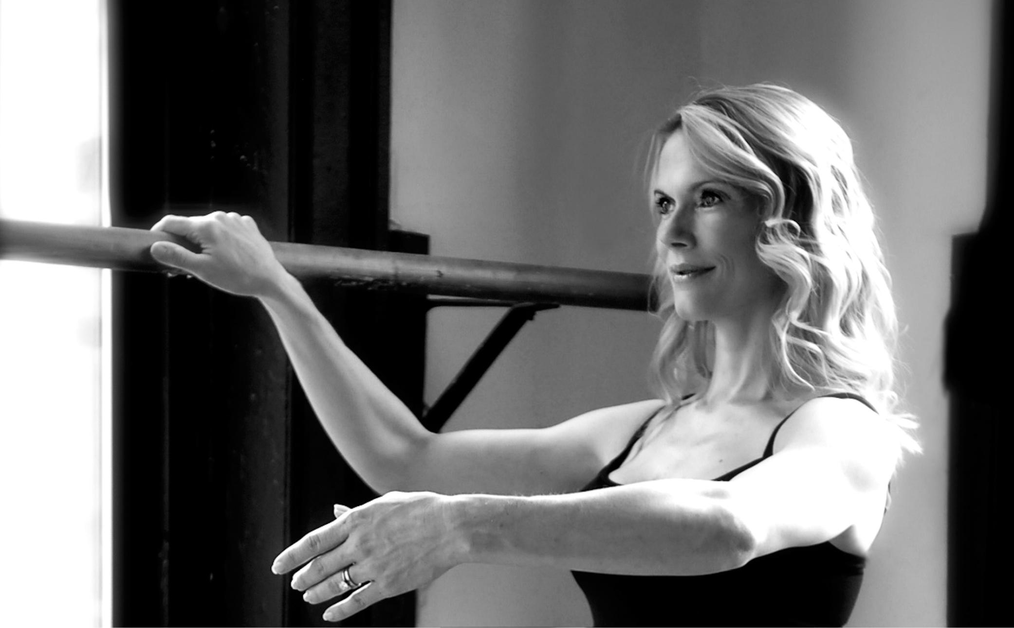 Hier sehen Sie eine erfolgreiche Frau die Ballet übt - Business Portraits - Business Branding Fotograf Berlin